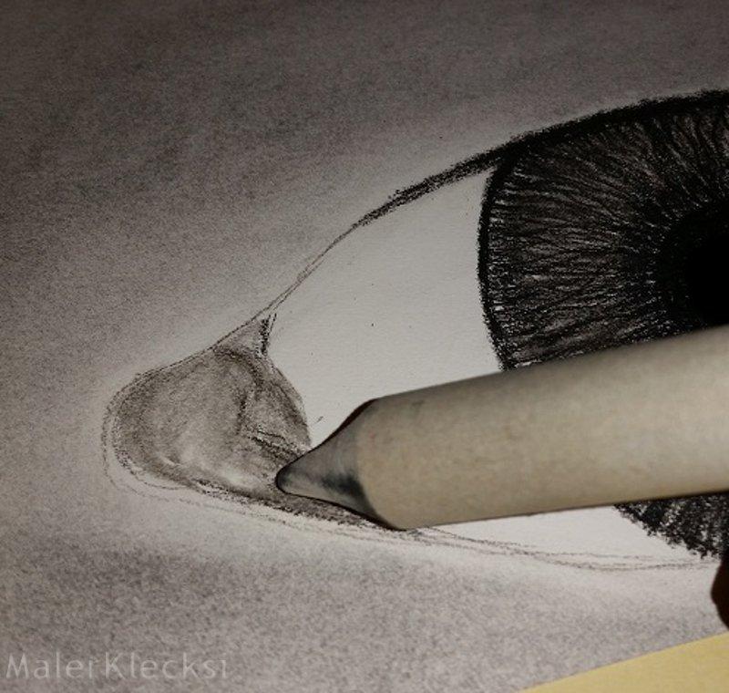 Schattierung Augenwinkel Kohlezeichnung