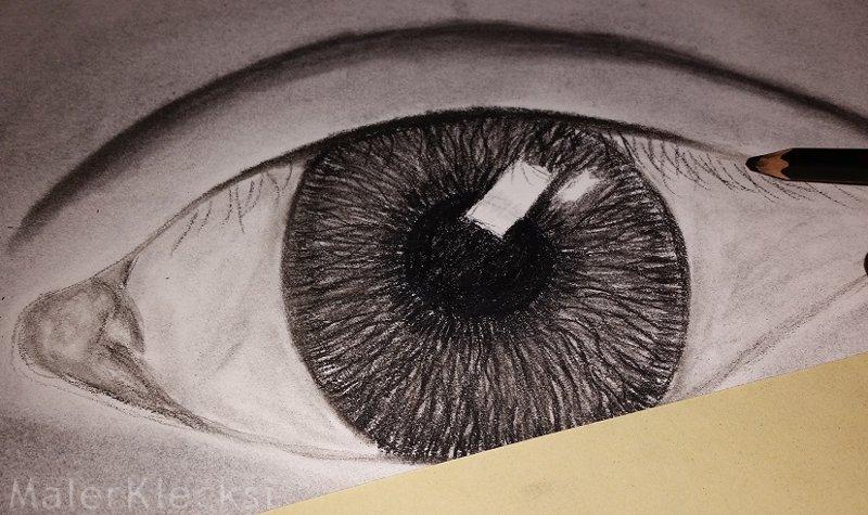 Spiegelung der Wimpern Kohlezeichnung