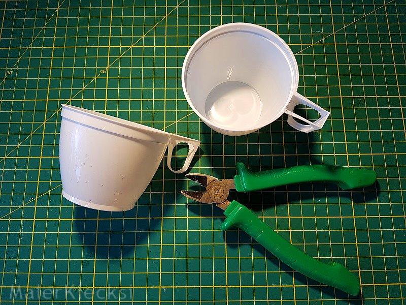 Plastik-Kaffeetassen für die Frühlingsblumen